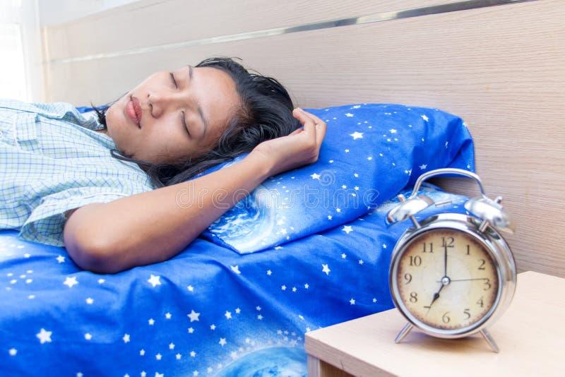 睡觉在女睡袍的年轻女人 免版税图库摄影