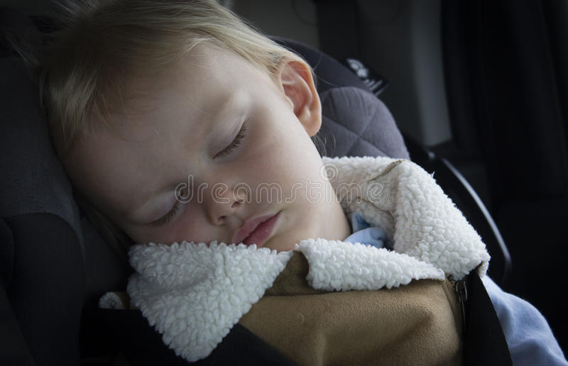 睡觉在她的汽车座位的小小女孩小孩 图库摄影