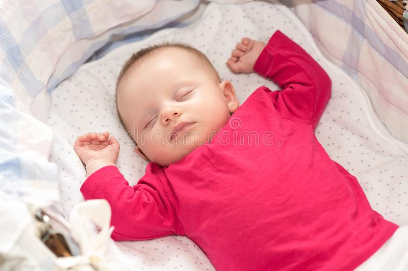 睡觉在小儿床的婴孩画象 库存图片