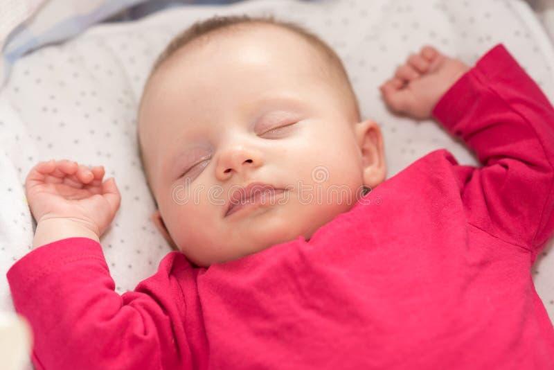 睡觉在小儿床的婴孩画象 库存照片