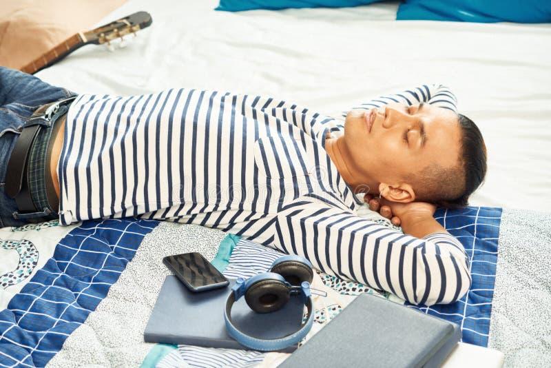 睡觉在床上的人 库存照片