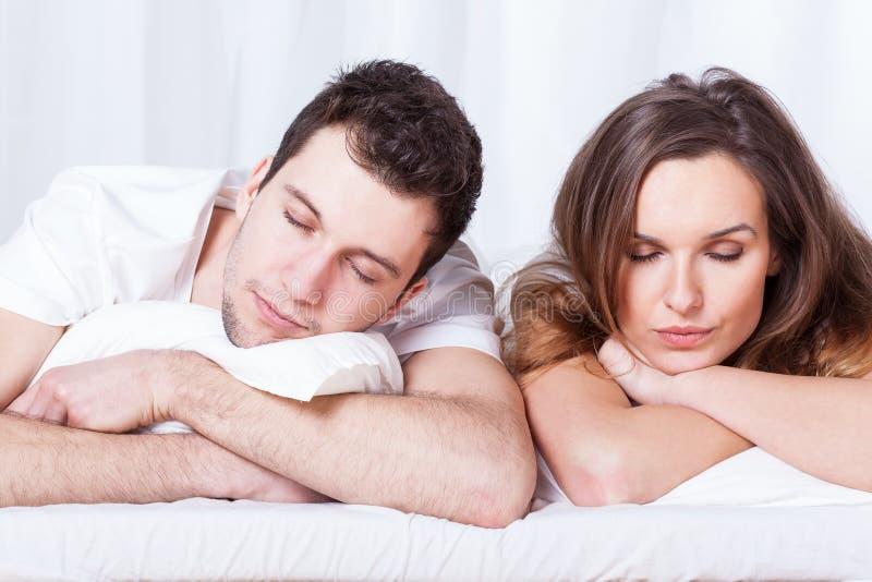 睡觉在床上的夫妇 免版税图库摄影