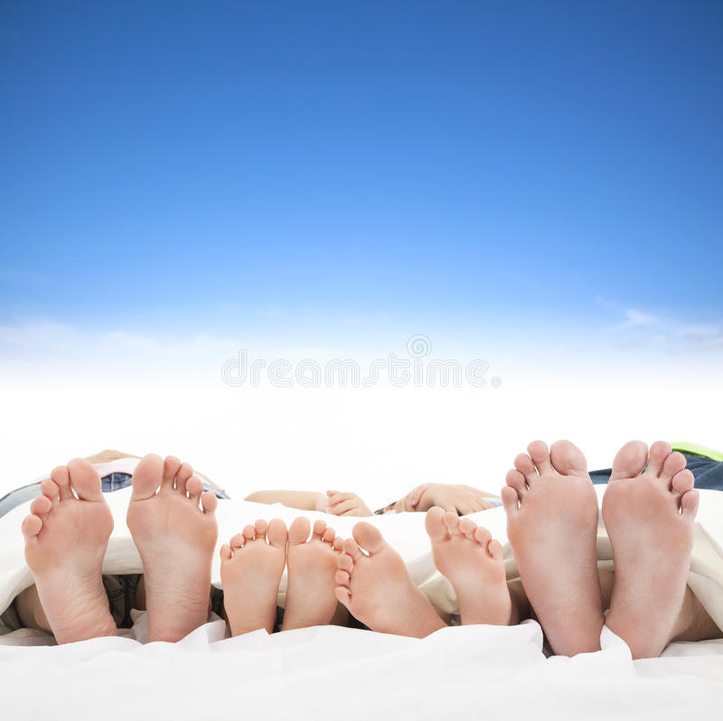 睡觉在床上的家庭 免版税图库摄影