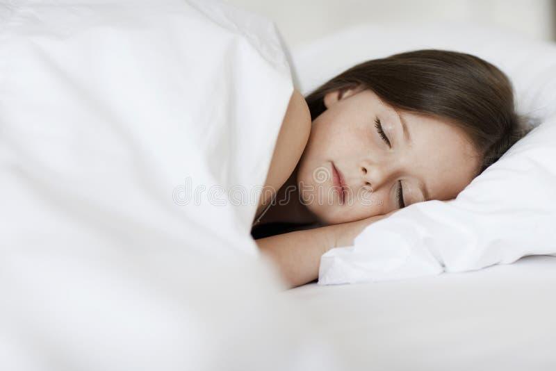 睡觉在床上的小女孩 图库摄影