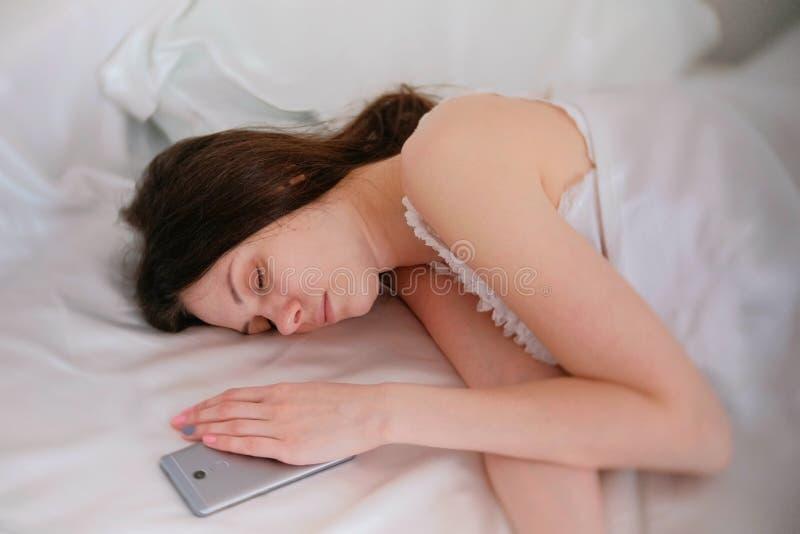 少妇给男人喂_睡觉在床上的少妇浅黑肤色的男人 在她附近的手机