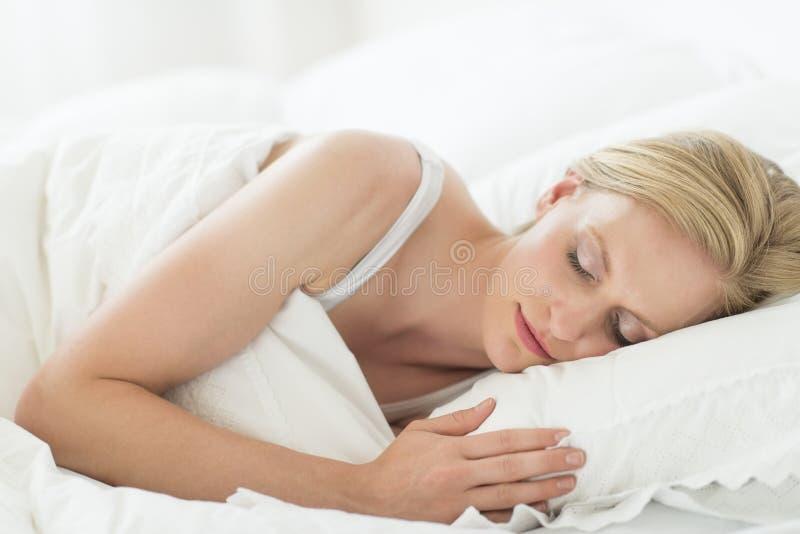 睡觉在床上的少妇