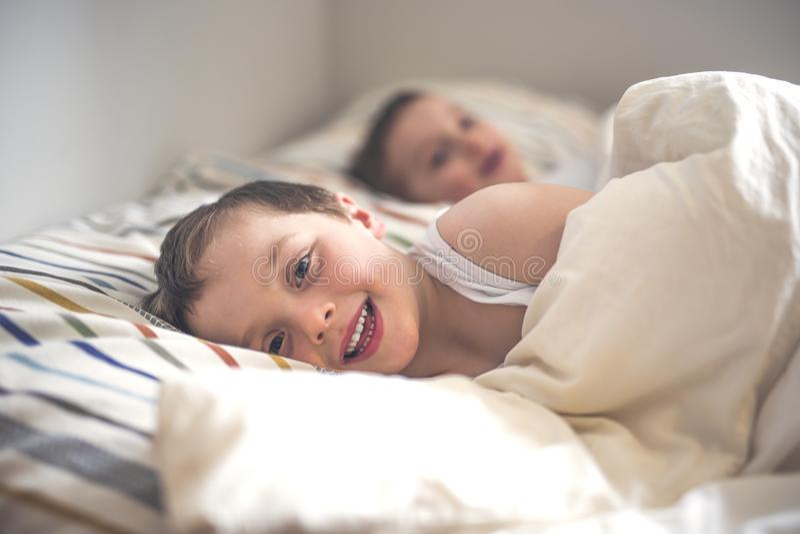 睡觉在床上的年轻男孩 免版税库存照片