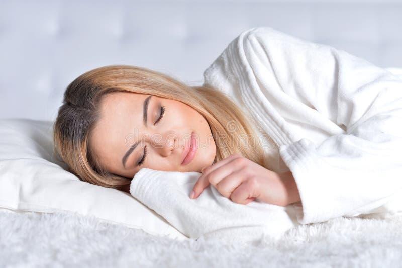 睡觉在床上的白肤金发的女孩
