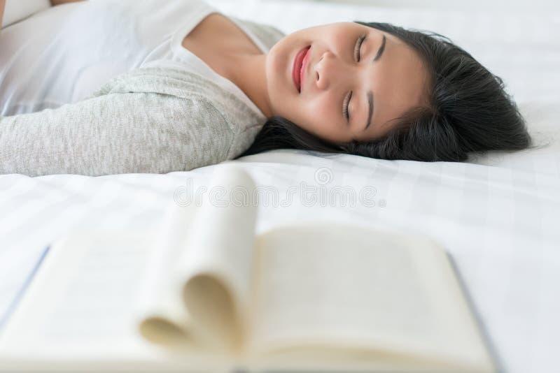 睡觉在床上的美女睡觉在隔夜读书以后 图库摄影