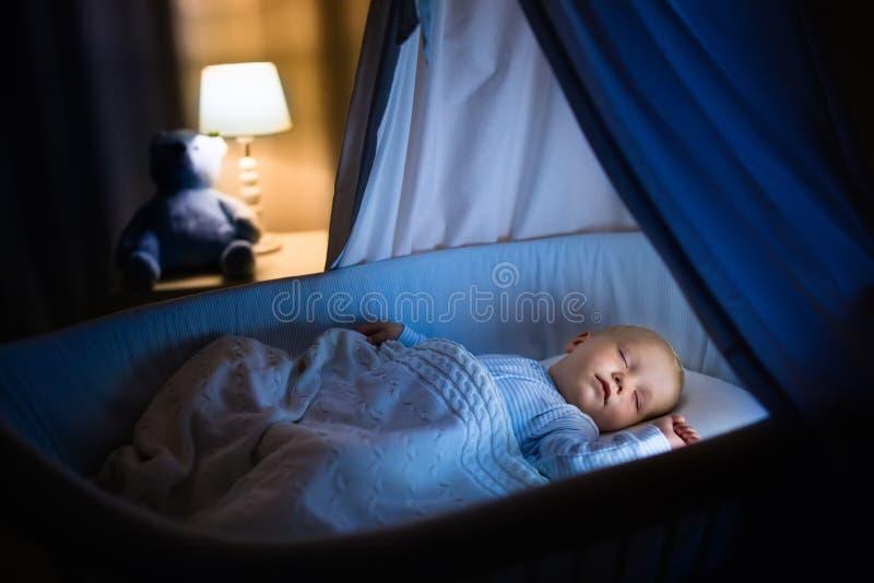 睡觉在晚上的男婴 免版税库存图片
