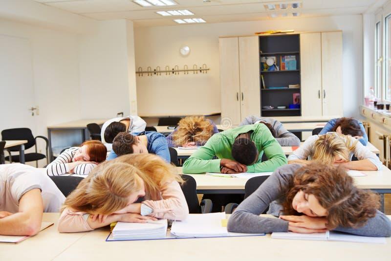 许多疲乏学生睡觉 免版税库存照片