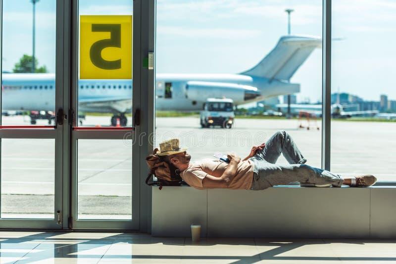 睡觉在机场的旅客 库存图片