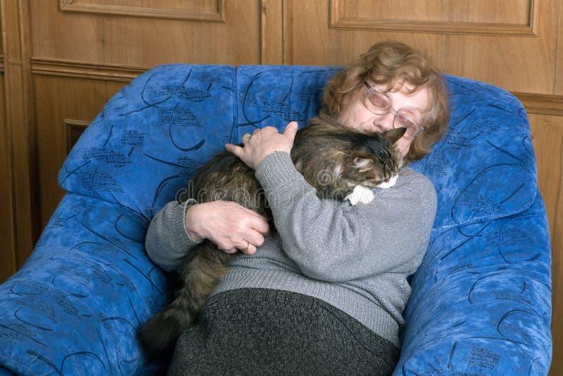 睡觉在椅子的老妇人 免版税库存照片