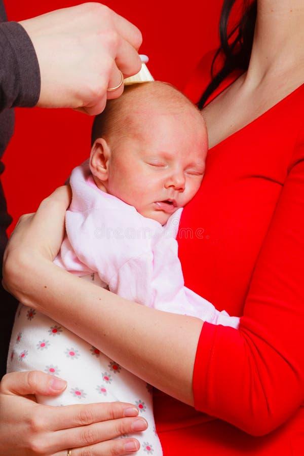 睡觉在母亲胸口的小新出生的婴孩 免版税库存图片