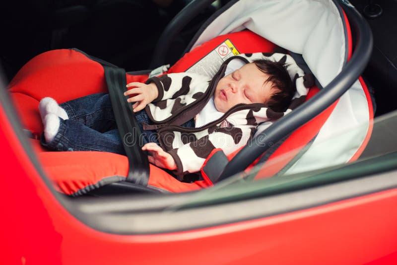 睡觉在汽车座位的婴孩 免版税库存图片