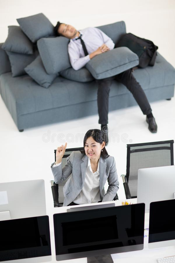 睡觉在沙发的商人在工作时间,当企业wom时 免版税库存照片