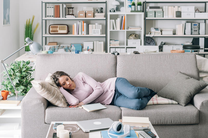睡觉在沙发的女孩 免版税库存图片
