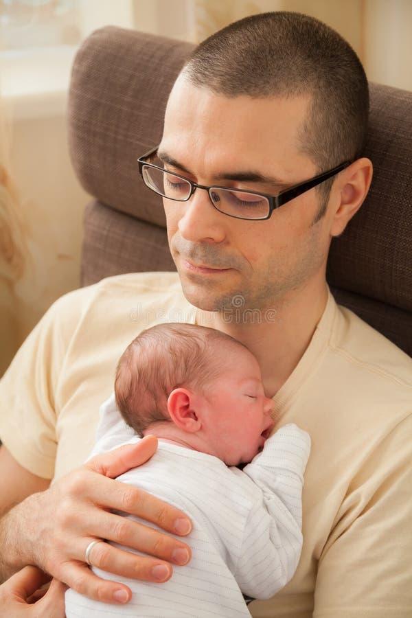 睡觉在父亲的胸口的新生儿 免版税图库摄影