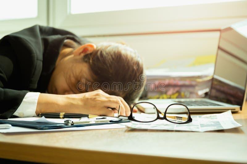 睡觉在玻璃的工作书桌选择的焦点的女实业家 库存照片