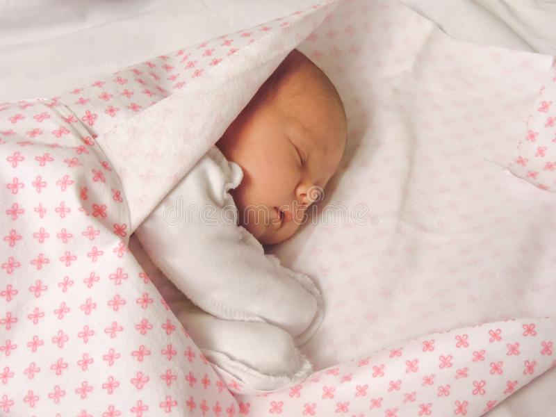睡觉在甜睡眠的小新生儿女孩 免版税库存图片