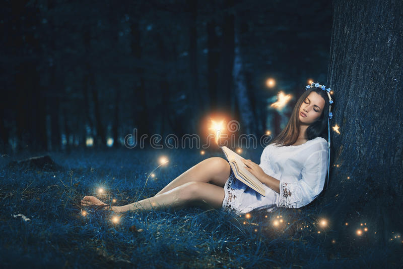 睡觉在神仙中的美丽的妇女 免版税图库摄影