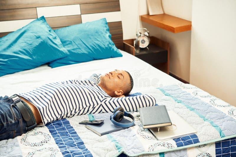 睡觉在类以后的学生 库存照片