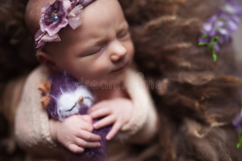 睡觉在背景的特写镜头婴儿女婴 新出生和mothercare概念 免版税库存照片