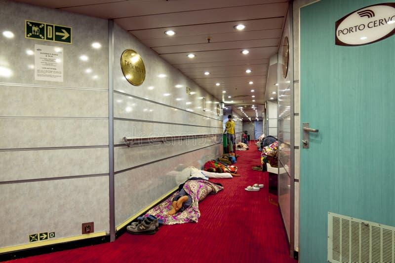 睡觉在舞步的地板上的轮渡GNV的乘客 库存图片