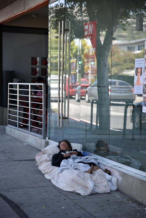 睡觉在边路的无家可归的人 免版税库存照片