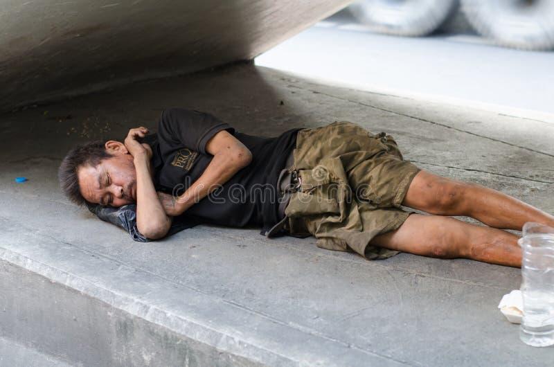 睡觉在边路的无家可归的人 库存照片