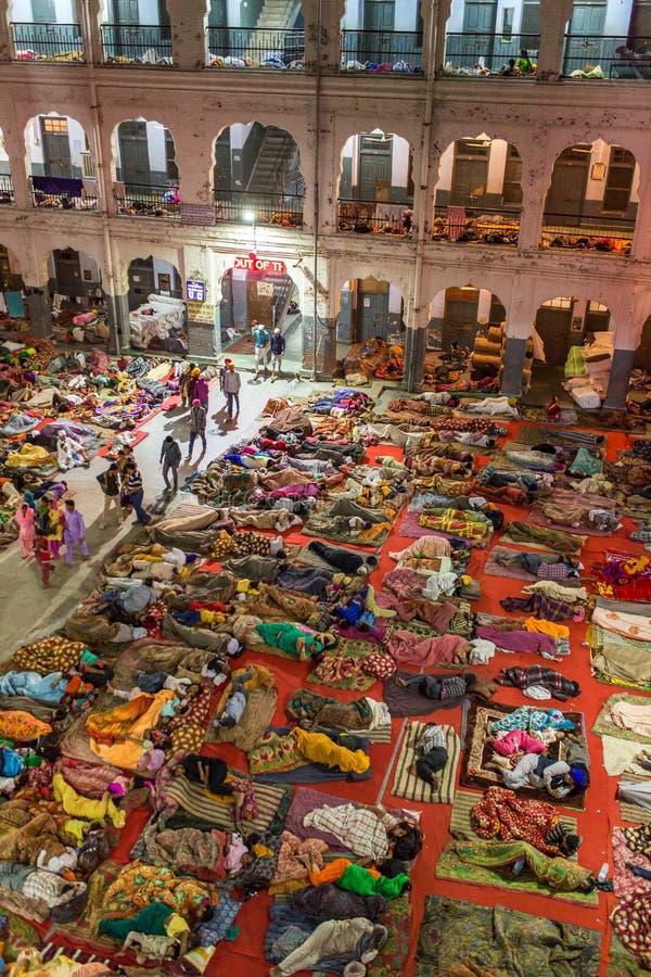 睡觉在锡克教徒的金黄寺庙的香客` s宿舍的地板上的未认出的印地安人民在阿姆利则,印度 免版税图库摄影