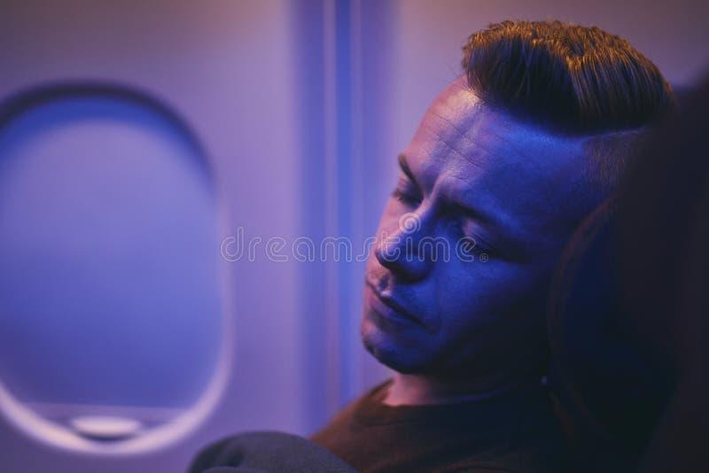 睡觉在飞行期间的人 图库摄影