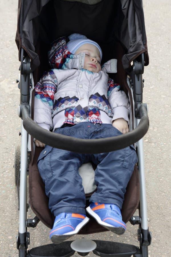 睡觉在婴儿推车的小孩 图库摄影