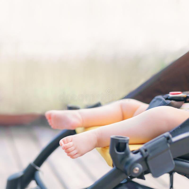 睡觉在婴儿推车的新出生的婴孩户外 免版税库存照片