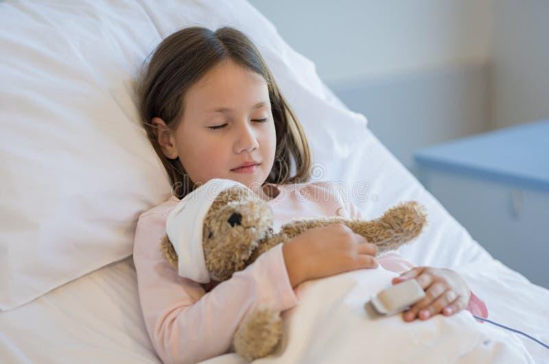 睡觉在医院病床上的女孩 图库摄影