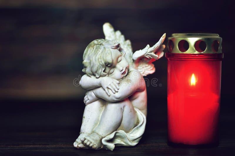 睡觉天使和诸圣日天灼烧的蜡烛 免版税图库摄影