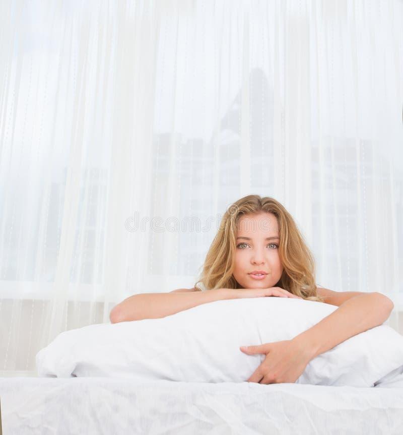 睡觉少妇室内的画象或在b唤醒 库存图片