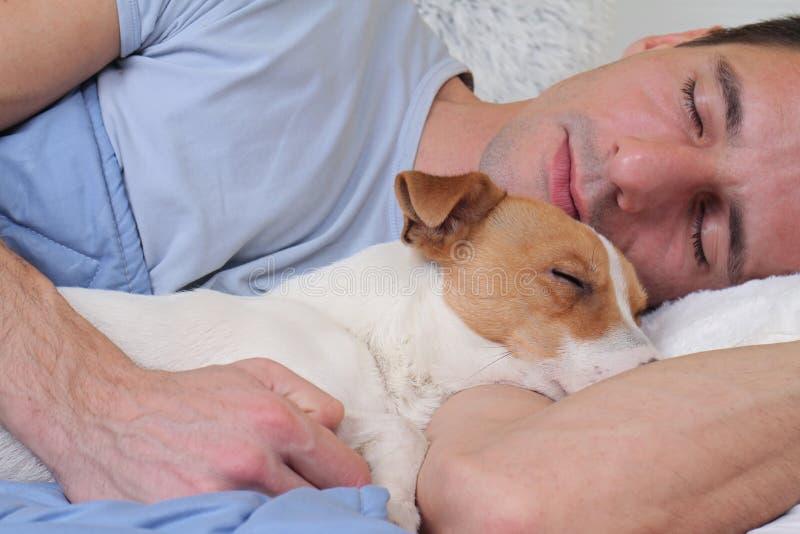 农夫色人和狗_睡觉狗和所有者 一起睡觉的人和的狗