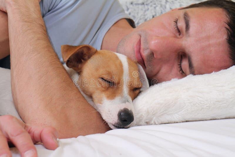 狗和人�y�'��)�al�����:)�h�_睡觉狗和所有者 一起睡觉的人和的狗
