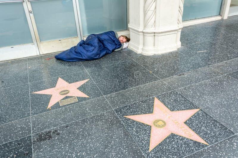睡觉由好莱坞星光大道的边的无家可归的人在洛杉矶,加州 免版税库存照片
