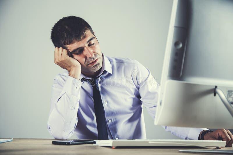睡觉的人在办公室 免版税库存图片