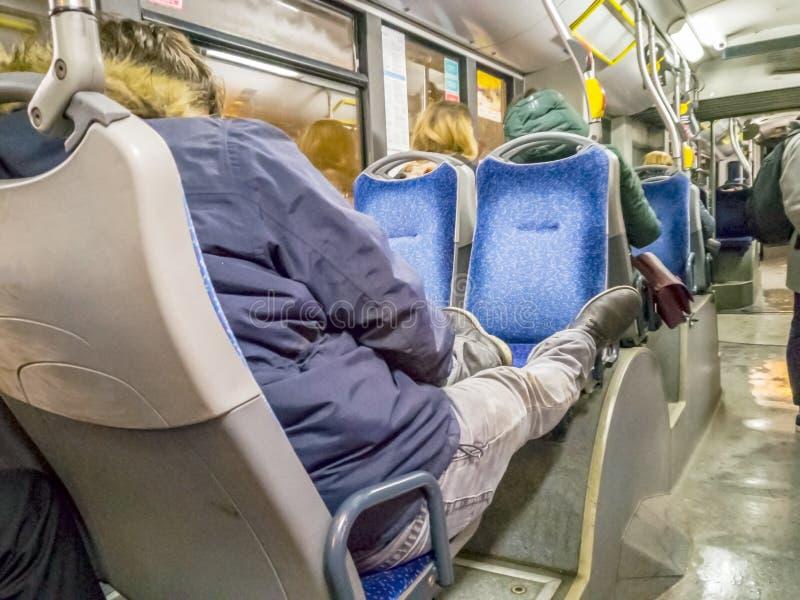 睡觉的少年年轻人在公共汽车上 库存图片