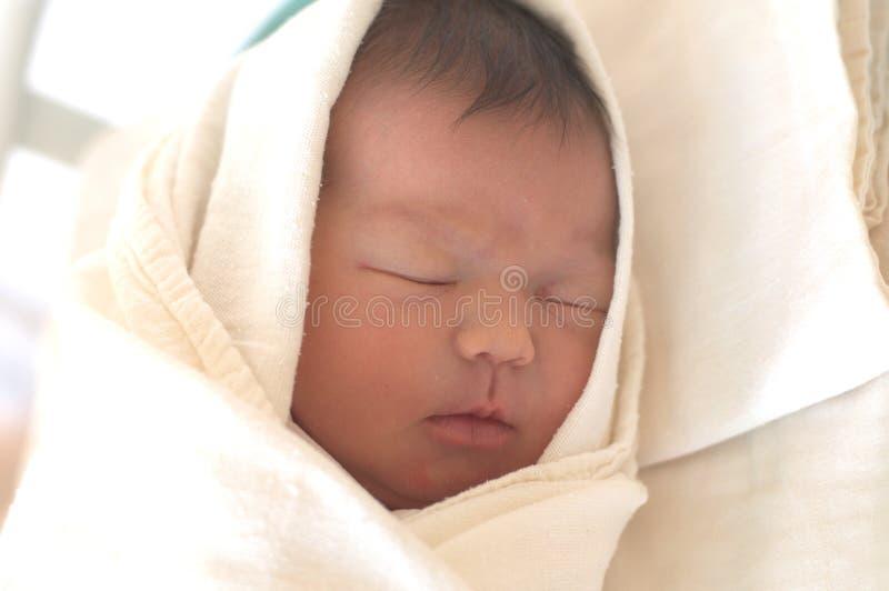 睡觉的新出生的婴孩在2天的生活中 免版税库存图片