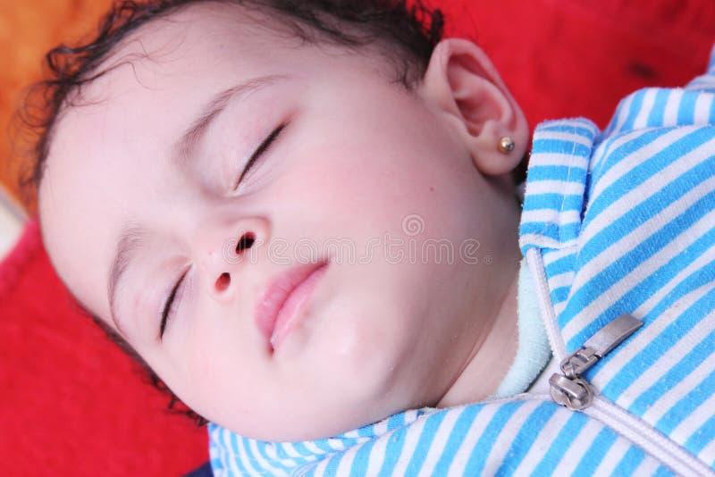睡觉的阿拉伯埃及女婴 免版税库存照片