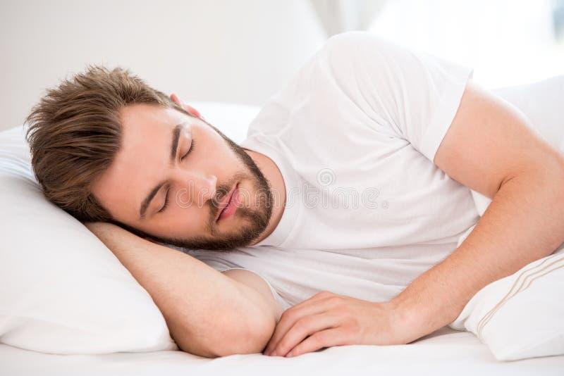 睡觉的年轻人 库存照片