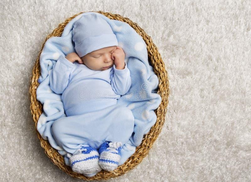 睡觉的婴孩,新出生的孩子睡眠篮子,睡着的婴儿 库存照片