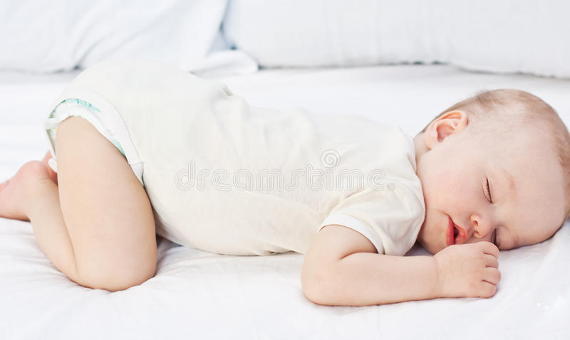 睡觉的滑稽的男婴 库存图片