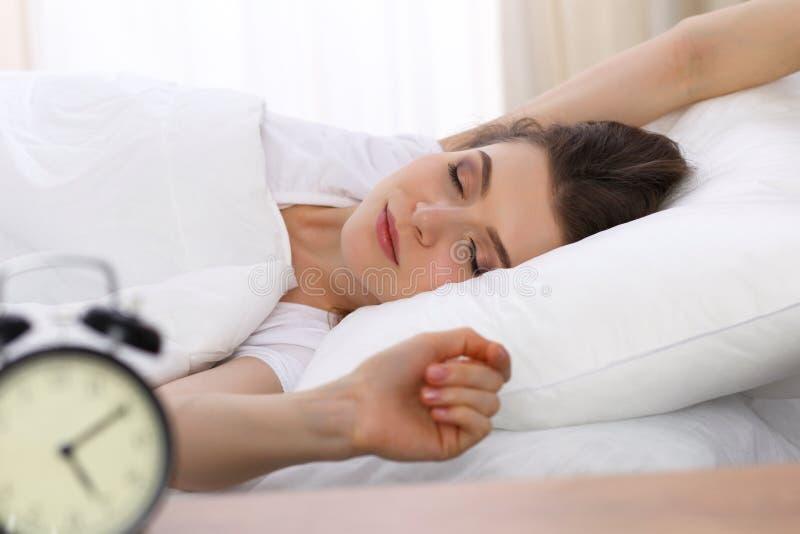 睡觉美丽的少妇,当在她的床上时 宜人和休息复原的概念为活跃生活 免版税图库摄影