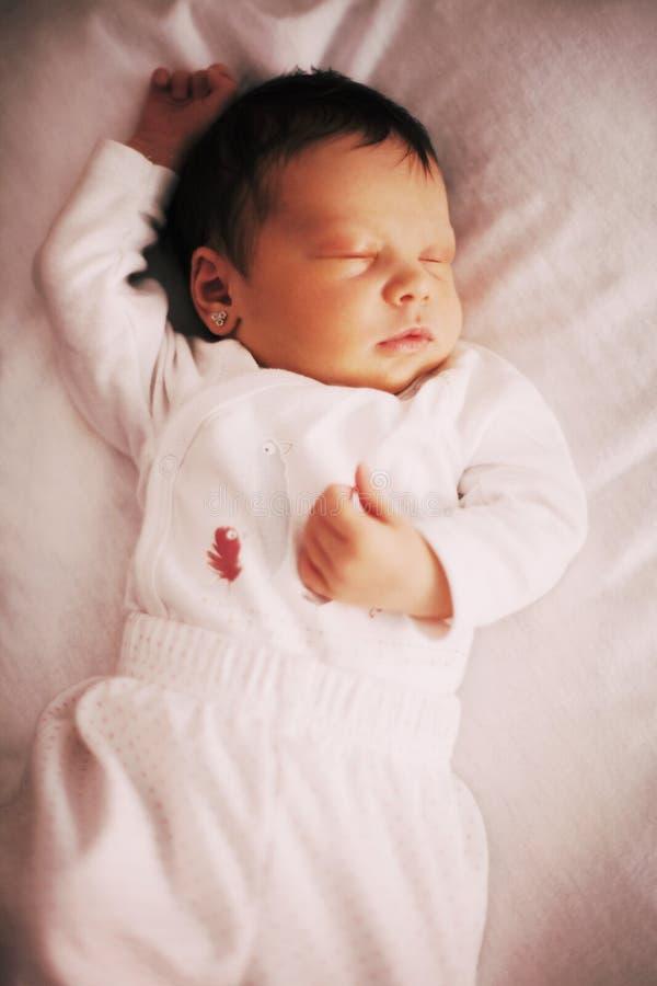 睡觉逗人喜爱的新出生的女婴,特写镜头 免版税图库摄影