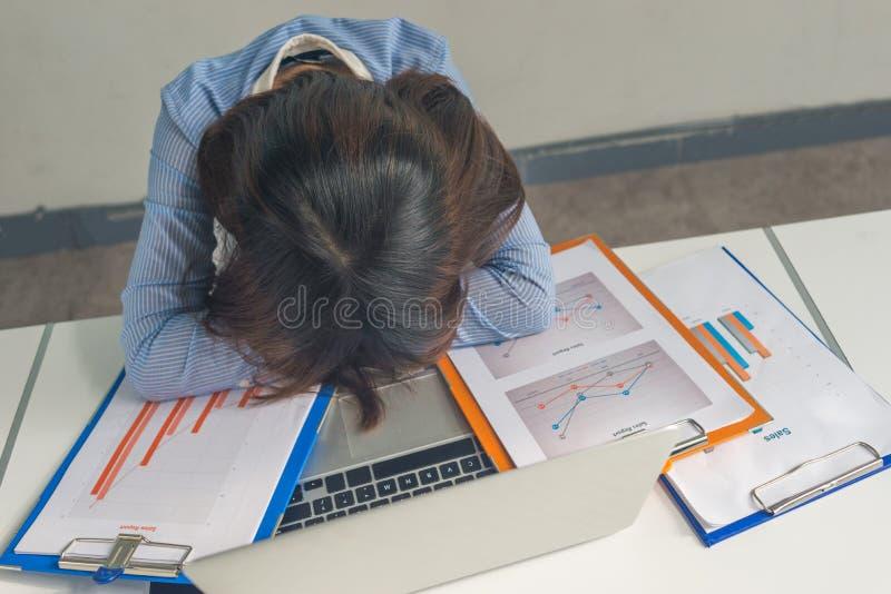 睡觉,瞌睡或者采取休息的年轻亚裔女商人在办公室 图库摄影